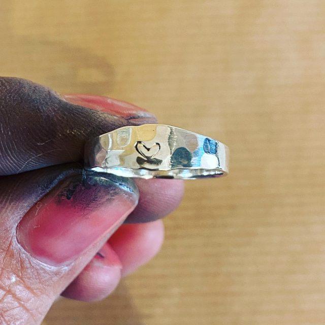 Je kunt je sieraden personaliseren. Liever een initiaal of een naam ipv een hartje laat het me gewoon even weten bij de bestelling!   #sieraad #handmade #jewels #jewellery #ring #zilverenring #hamerslag #personaliseerjesieraad #gepersonaliseers #zilverensieraad