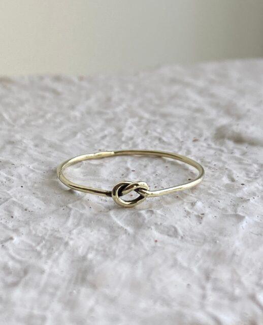 Fijn Gouden ringetje met een knoopje.    #ring #goudenring #goudensieraad #atelier #moonfloweratelier #jewellery #edelsmid #goudsmid #veghel #brabant #handgemaakt #sieraden #finejewelry#finejewelry #indiansummer
