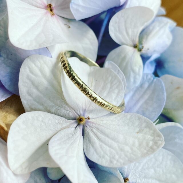 Dit leuke Gouden ringetje is bewerkt met een spitse hamer, hierdoor ontstaat er een prachtig effect.   Leuk te dragen aan wijs of middelvinger maar ook gaaf als aanschuifringetje.   #goudensieraden #atelier #14kgold #aanschuifring #trouwring #trouwringinspiratie #sieraden #ringen #goudenring #hamerslag